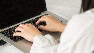 パソコンで文字入力する女性