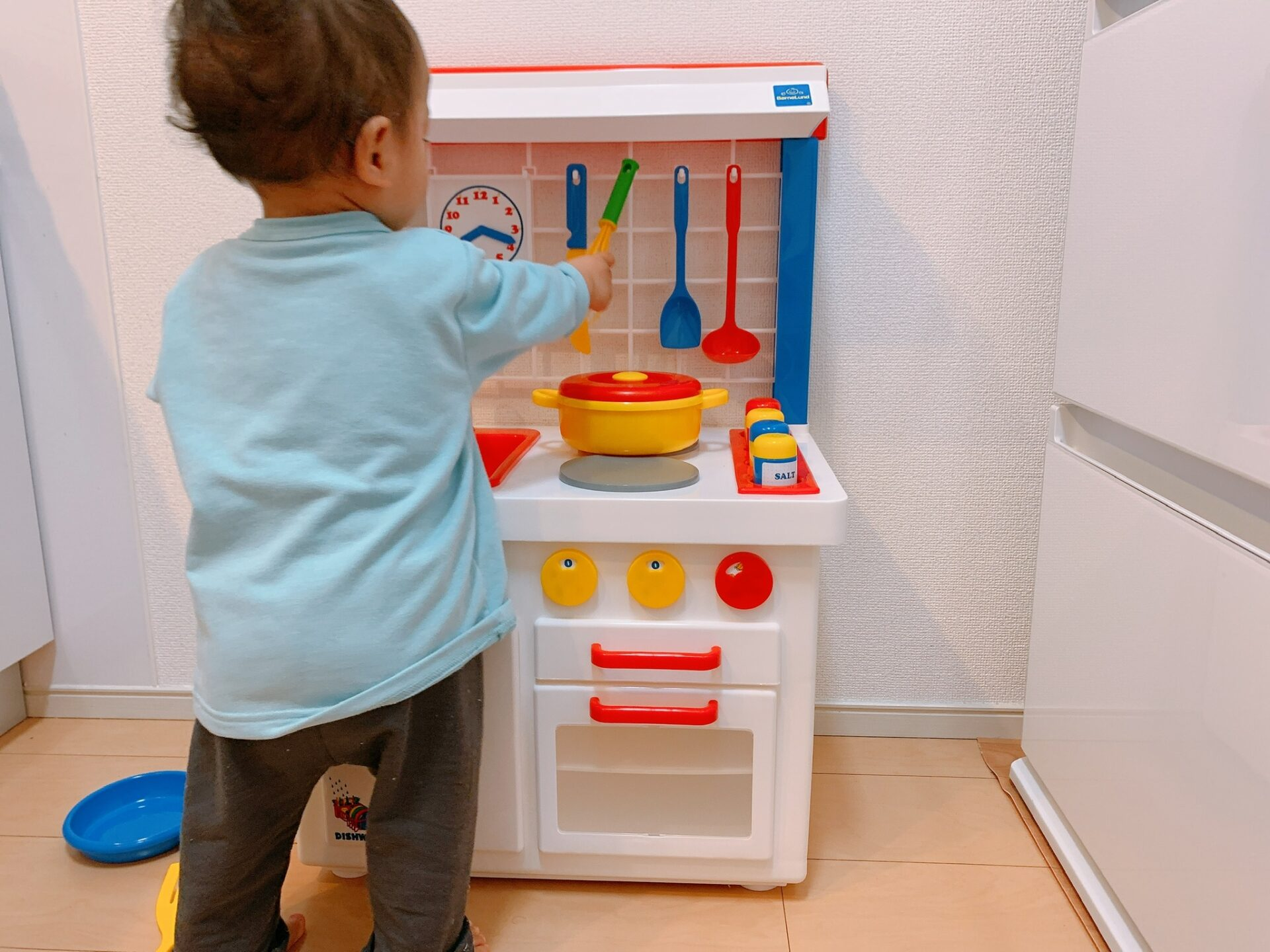 キッチンのおままごとで遊ぶ男の子