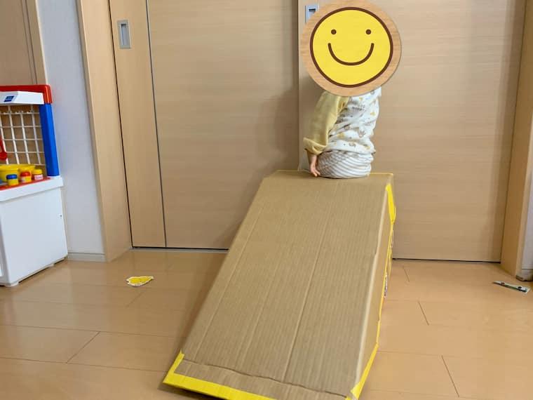 ダンボールで作った滑り台